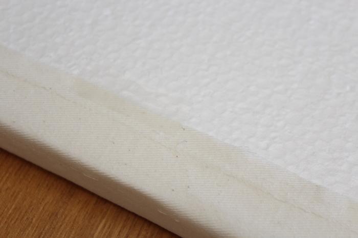 1.発泡スチロール板を生地で包んで、セロハンテープで留めます。