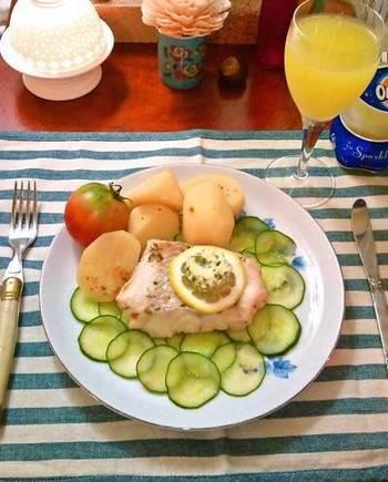 セージ、イタリアンパセリ、レモンを混ぜたハーブバターを、火の通った鱈にのせていただきます。ハーブバターの美味しさで、魚やじゃがいもも味わい深くなる一皿。