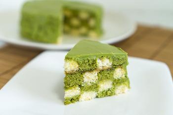 抹茶チョコレートを使った色鮮やかなグリーンの和風サンセバスチャン。仕上げに抹茶の粉末を振りかければ、ほろ苦い大人の風味に♪