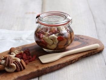 お好きなナッツをハチミツに漬けるだけで出来る簡単ローフード。美味しくて美容にもうれしい。