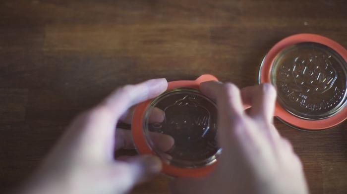 ③水気を拭き取ったパッキンをはめ蓋をし、ステンレスクリップで瓶と蓋を固定します。