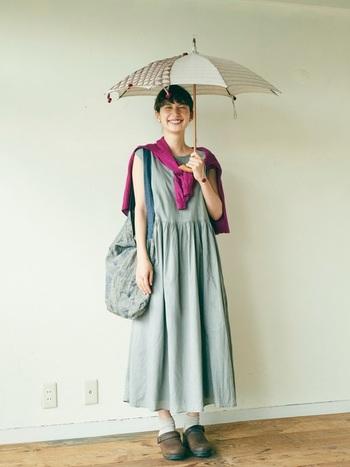 淡い色のワンピースにビビッドなカラーのカーディガン。着ずに肩がけしたり腰にまいたりしてもコーデのアクセントになります。 雨が降って肌寒いときにさっと羽織れるカーディガンはやっぱり便利!