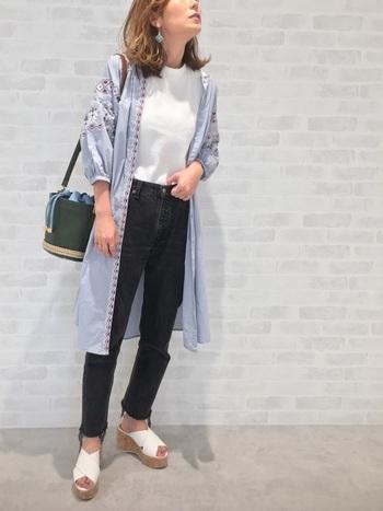 刺繍のワンピースは1枚で着てもかわいいですが、上着としてもおしゃれ。着こなしの幅が広がります。