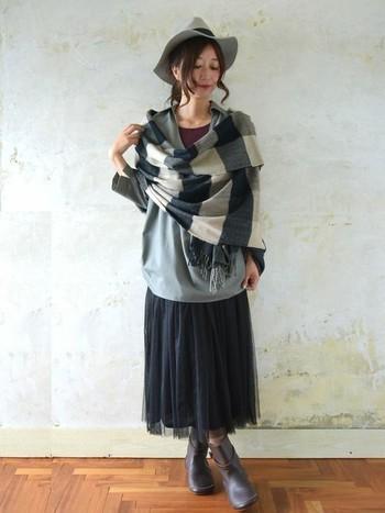 秋を先取りしてチェックのストールを。ストールは畳みやすいので、バッグに入れておくとさっと羽織れたりひざ掛けにしたりと便利なアイテム。