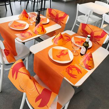 ザリガニのイラストが描かれた、ペーパーナプキンや紙エプロン、紙製のとんがり帽などがセットになったパーティーパックもあります。鮮やかな発色で空間を飾れば一層、パーティーが盛り上がりそう!