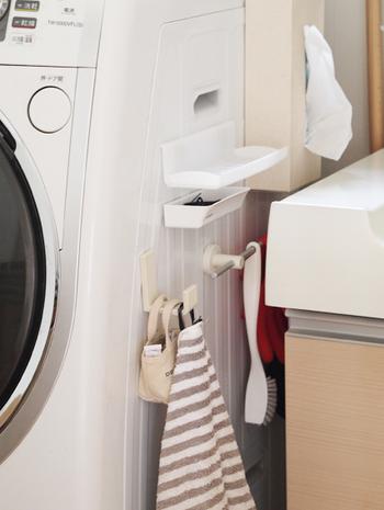洗濯機と洗面台のほんの少しの隙間も見逃さないで♪ここではトレイやフックを使って収納を充実させましょう。