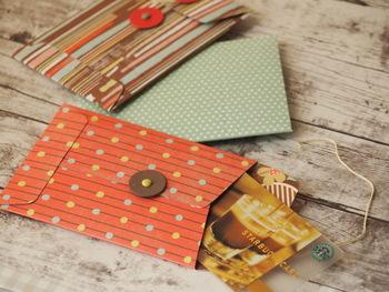 書類袋みたいに、紐で何度も封を閉じたり開いたり。ボタンやピアスなど見失いがちな小さなを、落とさないようにちょっと入れておくのにも便利ですね。