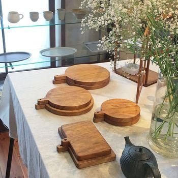 アカシア、イチョウ、竹など、使っている素材で雰囲気がガラッと変わります。大きさや形なども様々なのでお気に入りのものをチョイスして。