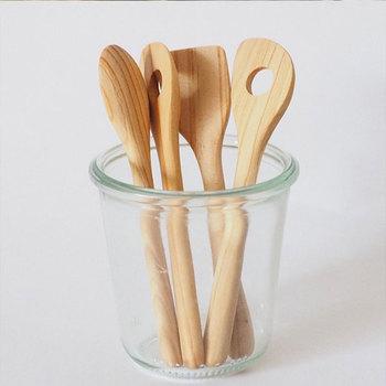 木製食器の中でも人気の高いカトラリー。スプーンは調味料をすくったり、お子様にちょうどいいサイズ。スパチュラはジャムやディップにピッタリ。そして穴あきスパチュラは、マドラー代わりとして使っても、蜂蜜やジャムを塗るのにもおすすめです。