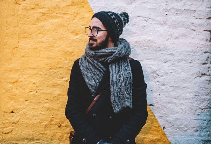 """女性だけでなく、男性までカフェなどで編み物を楽しむ姿が見られるように。オシャレでセンス溢れるウールアンドザギャングのニットアイテムが""""編み物""""に対する今までのイメージを一新。""""編み物=オシャレ""""なイメージに。"""