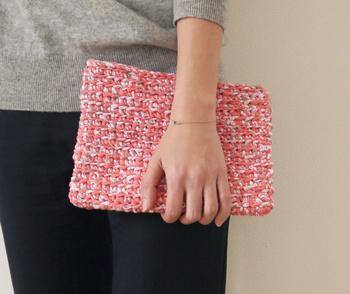 綺麗なサーモンピンクの糸を使って。 こんなおしゃれなバッグが自分で作れるなんてうれしいですよね。