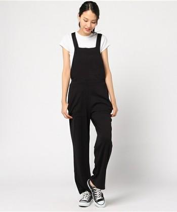 クールな大人コーデなら、黒のサロペットがおすすめです。ロールアップのバランスが難しく感じる場合は、裾幅の狭いストレートラインや、裾に向かって緩やかにシェイプされたテーパードタイプを選べば、脚元をすっきり見せることができます。