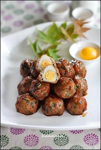 たっぷりのえのきで食感が楽しい、豚ひき肉で作るつくねのレシピ。半分に割ると、中にはうずら卵のお月様が現れます♪一口サイズで、食べやすいのも嬉しいですね。