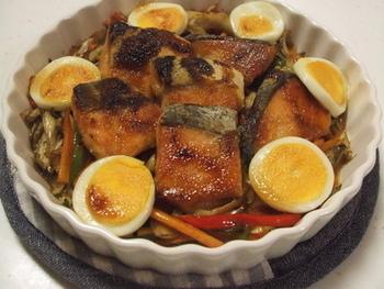 秋の魚と言えば「秋刀魚」のイメージすが、「鮭(サーモン)」も秋が旬のお魚♪サーモンとマヨネーズ+しょうゆの香りがたまらないレシピ。スライスしたゆで卵をトッピングしてお月見風にアレンジしました。
