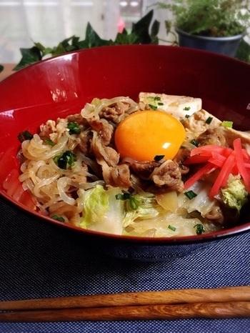 すき焼きと卵の相性は、言わずと知れた名コンビですよね。牛丼風に仕上げた「すき焼き丼」に、卵黄を落として月見メニュー風に。
