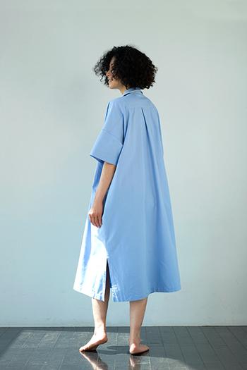 背中のタックとサイドのスリットが涼し気でゆったりとした印象を与えています。半袖で夏向きのデザインです。