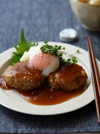 木綿豆腐を加えてふっくら仕上げたハンバーグに、和風の餡と温泉卵を絡めながら食べれば、ふんわり&とろりと2種類の食感を楽しめますよ♪