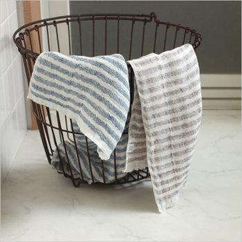 使った後の布は、ランドリーに最も生活感を出すものかもしれませんね。でも、こんなステキなバスケットに入れるようにすれば、洗濯物もインテリアのように変身するかもしれません。大きな口でぽんぽん放り込めますし、取っ手もあるので洗いあがったらそのまま干しにも行けます。