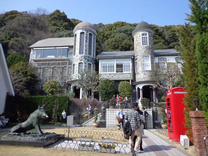 庭には、美術館も併設されているので、絵画の鑑賞をするのもおすすめですよ! 美術館の窓からは神戸港まで一望出来ます。