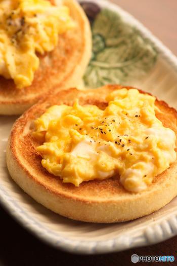 イングリッシュマフィンとは、短時間の発酵で作られた丸いかたちをしたイギリスの伝統的なパン。表面には黄色いトウモロコシの粉(コーンミール)がまぶされているのが特徴です。  焼くと外はカリッと中はモチっと何度も味わいたくなる食感。2つに割って食べたり、中に具材をサンドして食べたりと色々なアレンジが効くパンです。
