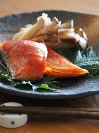 まずは素材をそのまま生かした、鮭のみりん漬けをご紹介します。お醤油とみりんに一晩漬けた鮭の切り身は、本来の鮭の旨みと甘みがギュッと凝縮されて、味わいも良く食べごたえもありますよ。お弁当やほぐしておにぎりにしてもGOOD。少しの手間で切り身がお店ででてくるような味わいになります。