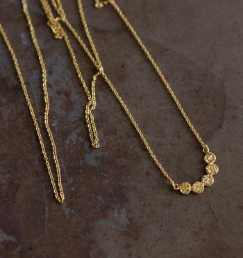 普段使いのネックレスは短めタイプを愛用している人が多いのではないでしょうか?実は、ロングネックレスもとても使いやすいということ、ご存知でしたか?