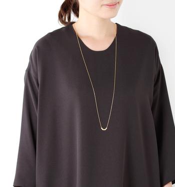 どうしても無地のカットソーやワンピースなどが多くなってしまうのが大人女子のファッション。そこでトップスに掛かるくらい長めのネックレスが力を発揮します。イラストやロゴがなくてもネックレスがワンポイントに♪