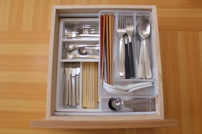 カトラリーケースの上に、さらにケースを重ねること!引き出しの深い食器棚で有効なアイディアです。ちょっとしたDIYが必要ですが、カトラリーが2倍も3倍も多く入ります。