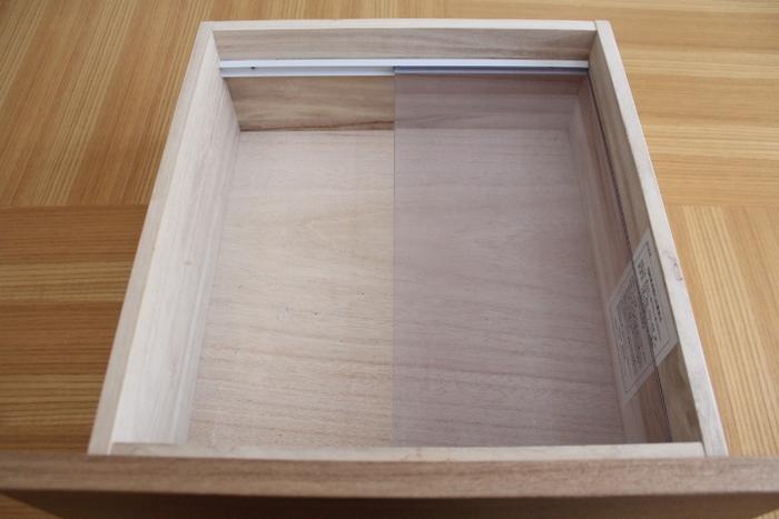 引き出しの深さを生かし、可動式のアクリル板を設置。ここに、一番上に来るケースをセットします。詳しい作り方は、下記のURLからcheck!