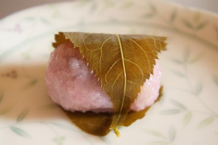 関西では、道明寺粉を使ったもちもちの生地であんこを包み、塩漬けした桜の葉でくるんだものを、桜餅といいます。道明寺粉のつぶつぶした食感が特徴で、「道明寺」または「道明寺餅」と呼ばれています。関西ではこちらが主流。