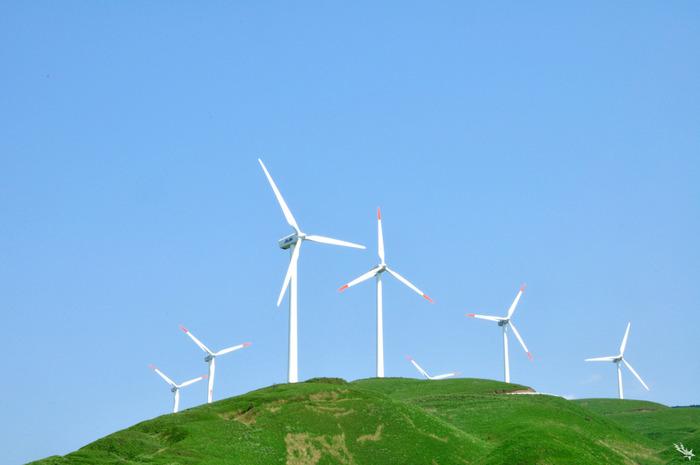 阿蘇外輪山の一角、俵山に建設された風力発電の風車。青空の中に立ち並ぶ姿が凛としていて美しいですね。