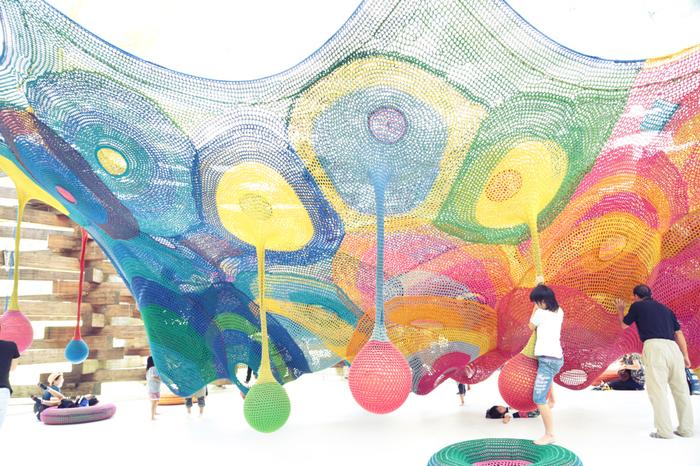 建築家ユニット・手塚貴晴氏+手塚由比氏、造形作家・堀内紀子氏が手がけた「ネットの森」という体験型展示。手編みのネットは圧巻!残念ながら大人は入って遊ぶことが出来ませんが、子どもたちは楽しく体感出来る作品です。