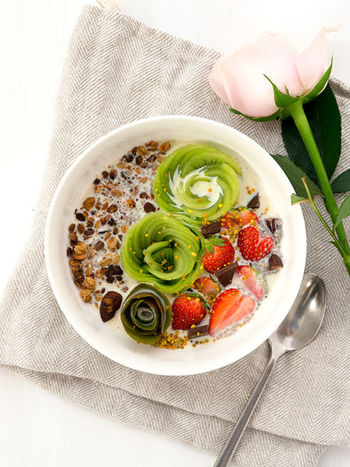 時間のある休日の朝は、ゆっくりフルーツをカットして、キウイでお花を作ってみるのもいいですね。  こちらも全てをミルクに浸してしまわないのがポイント!友達や家族から褒めらること間違いなしの一皿です。