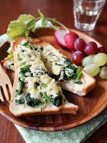 見た目も美しく、栄養もしっかり取れるヘルシートースト。ここでの決め手はほうれん草のグリーンがチーズで隠れすぎないようにバランスに気を付けること。  木のお皿を使ったり、ブドウなどのフルーツを効果的に添えることで、また印象がグッと素敵に変わりますよ。