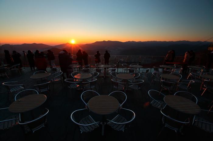 カフェの早朝営業は10月13日まで。天気の良い日に朝一番のゴンドラで山頂に行くと、日高山脈から昇る日の出も見られます。雲海の上に広がる朝日は息を呑むほどの美しさ!