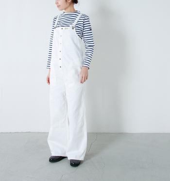 """大人っぽくキレイめに着こなしたい場合は、白や黒などの""""モノトーンカラー""""もおすすめです。シンプルな白のサロペットは、春夏はブルーのボーダーTシャツを合わせて爽やかに。寒い季節には薄手のタートルニットなどを合わせれば白でもオールシーズン着まわせます。"""