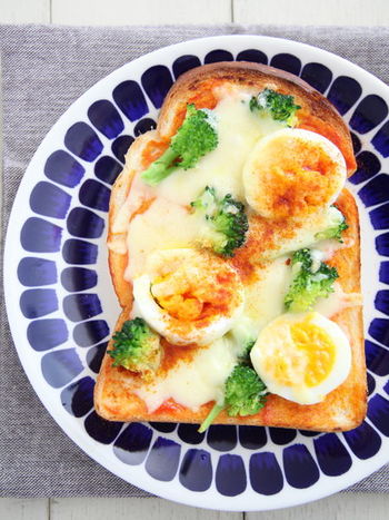 一枚で簡単に栄養が取れるピザトーストは、ブロッコリーの緑、そして卵の黄色の配置バランスが決め手です!  そして斜めにふったパプリカパウダーがさりげなくもオシャレなアクセントに。大柄の素敵なお皿を使うのも、見栄え良く見せるポイントです。