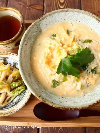 風邪気味の時に食べたい、たまご雑炊。汁を入れすぎないように注意して、ご飯のトップにお野菜の緑を飾り、お漬物はサイドの可愛い豆皿にON。和風の器に綺麗に盛り付ければ出来上がりです!