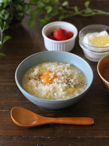 お米からではなく、ごはんを煮て作るタイプの簡単にできるおかゆです。あまり食欲がない時にはキャベツや卵が入ったヘルシーな洋風おかゆをサラッと食べたいですよね。  盛り付けは、真ん中の黄身や、上から散らすペッパーを綺麗に見せるのが決め手。サイドにもイチゴやヨーグルトフルーツで色味を添えると、全体が引き締まります。