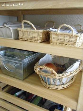 引き出しが小さかったり少ないお宅、また、来客が多いお宅におすすめなのが、カトラリーのカゴ収納です。