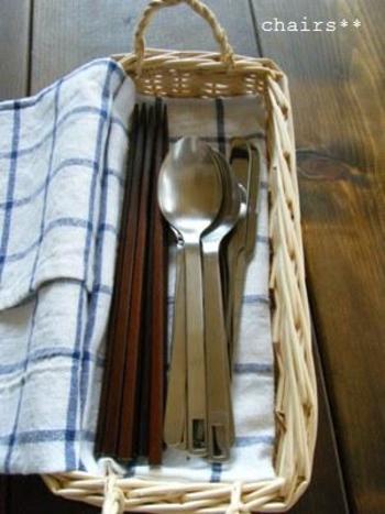 カゴの下に布を敷いてカトラリーを並べれば、まるでカフェのようなスタイルに!