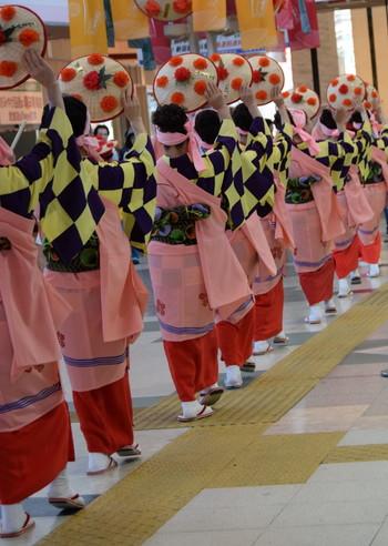 5月~10月までの毎週土曜日の夜 20:30~街中で花笠踊りが披露されています。