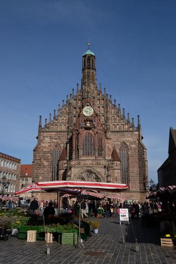 メイン会場となる中央広場へは、ニュルンベルク中央駅から徒歩で20分程。   ブラウエン教会の仕掛け時計が有名。毎日12時なると仕掛け時計の前は、観光客でいっぱいになります。