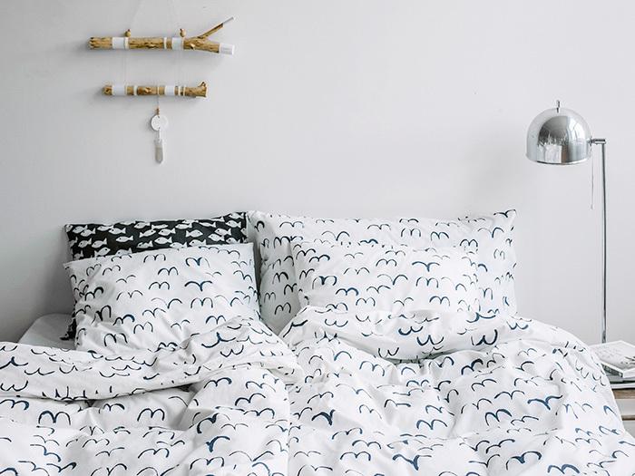 白色に青い鳥たちが映える、ファインリトルデイのバードシリーズ。爽やかでお部屋も広く感じられそう。