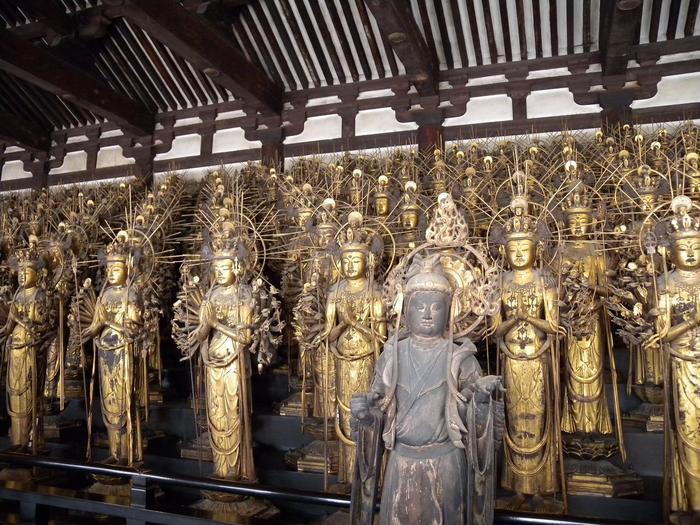 三十三間堂の中には、中央坐像の左右両側に10段の階段上に各50体ずつ合計1000体が並び、「千体千手観音立像」と名付けらています。入り口から出口まで、仏像が建ち並ぶさまは圧巻で、仏像ファンにはたまらない場所ですね。