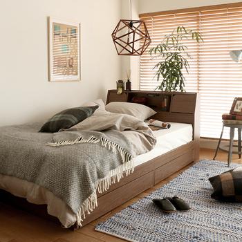物がきちんと整理整頓されていて清潔感があると居心地良く感じられます。大きな収納が付いている収納力のあるベッドで、片付けも楽に。
