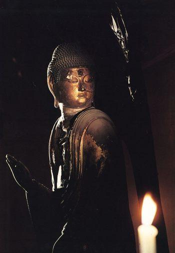 こちらの阿弥陀如来像(みかえり阿弥陀)は、パンフレットのものだそうです。 この画像ではわかりにくいのですが、顔を斜め後ろに向けた姿で「みかえり阿弥陀」として知られています。「みかえり阿弥陀」は、阿弥陀堂に祀られています。