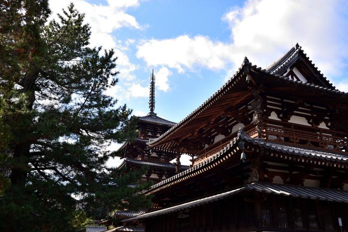 聖徳太子によって、推古(607)15年に建立されたと言われる「法隆寺」。こちらは、美しい装飾が施された金堂と五重塔です。 1993年12月に法隆寺が世界文化遺産に指定され、敷地内の建造物は、国宝が17件、重要文化財が35件を占めています。また、たくさんの宝物類は、国宝・重要文化財に指定されたものが約190件、2300余点に及んでいます。