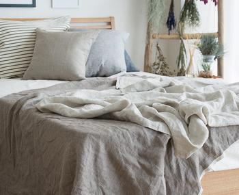 吸湿速乾性が高く扱いやすいリネンのブランケットは肌に心地良く、ベッド以外でもひざ掛けとして、ソファのマルチカバーとして使い回しの効くアイテムです。1枚持っておくと重宝しますよ。