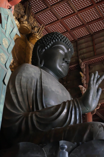 大仏様と言えば、「奈良の大仏」を思い浮かべる人は多いはず。この包み込むような温厚な表情が魅力。大仏様の座高は14.98m、両膝の幅は12.08m、やはりとっても大きいですね。